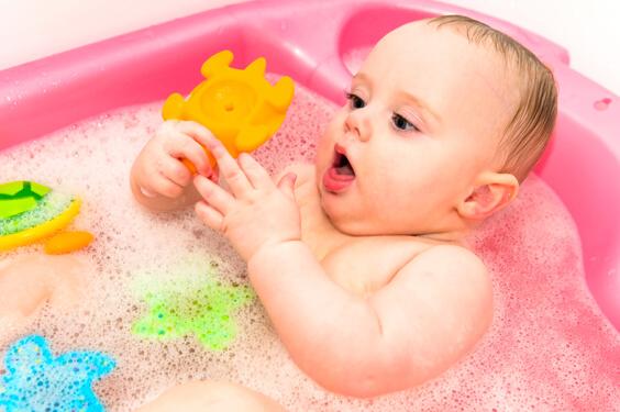 طفل في حوض الاستحمام