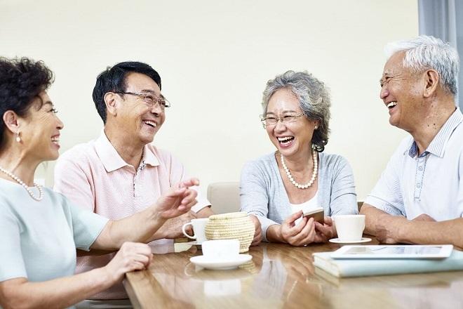 Gặp gỡ bạn bè cũng là một trong những giải pháp giúp người lớn tuổi thêm vui khỏe