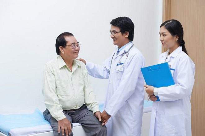 Nên chú ý đưa ông bà, cha mẹ đến bệnh viện khám sức khỏe định kỳ 3-6 tháng/lần