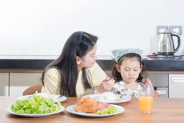 """Không ít phụ huynh phải đau đầu tự hỏi """"vì sao trẻ biếng ăn"""""""