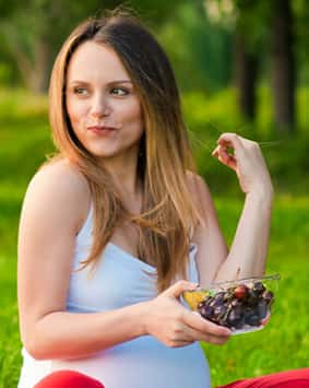 banner-pregnant-woman-holding-plate-with-fruits-smile - Copy