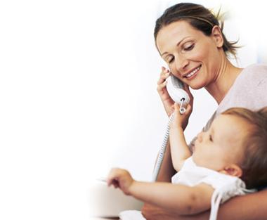 Foto de una mamá hablando por teléfono